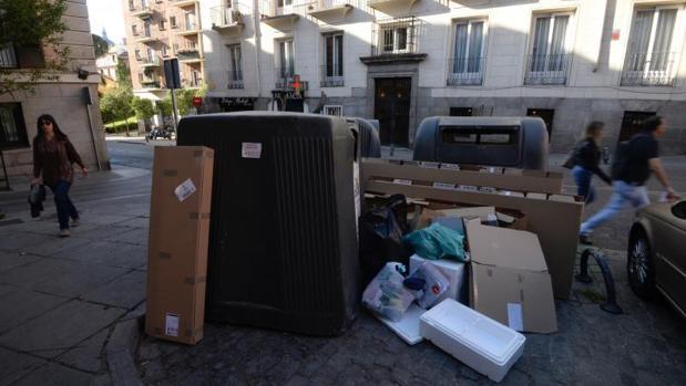 Basura desbordando unos contenedores, ayer, en el centro de la capital