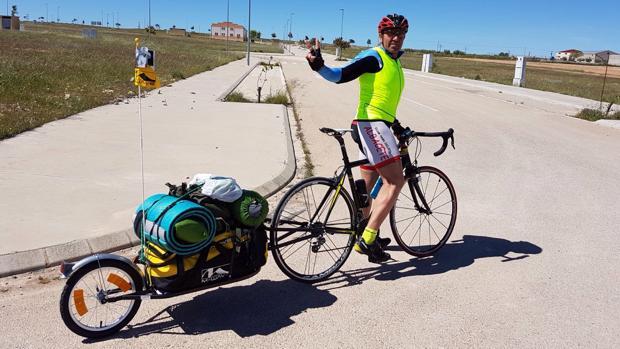 Rodolfo, en el momento de iniciar su periplo de más de 600 kilómetros en bicicleta