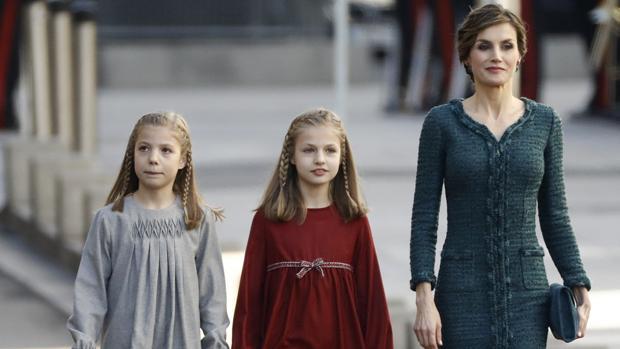 La Reina Letizia, la princesa de Asturiasy la Infanta Sofía con Mariano Rajoy en el Congreso de los Diputados
