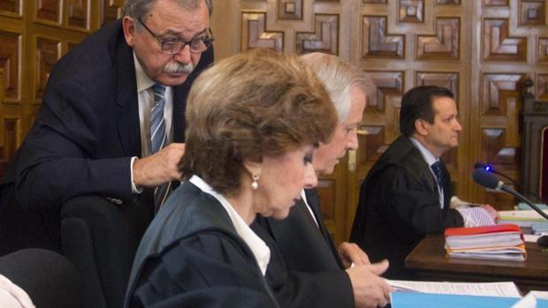 José Bahamonde conversa con sus abogados durante el juicio