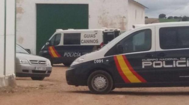 Furgonetas de la Policía Nacional investigan los restos encontrados