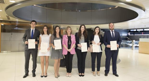 La consejera de Economía y Hacienda, Engracia Hidalgo -de rosa, en el centro-, junto a los seis nuevos inspectores de Hacienda incorporados a la Comunidad de Madrid