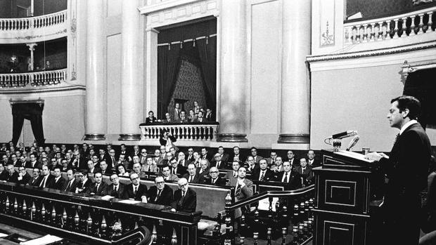 El Pleno del Senado en 1977 durante la exposición de Adolfo Suárez de los Pactos de la Moncloa