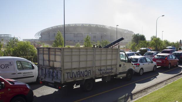La avenida de Arcentales colapsada a la altura del nuevo estadio, ayer por la mañana