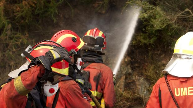 Efectivos de la UME en el enfriamiento de un incendio