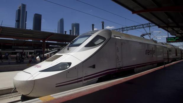 Un tren de alta velocidad en una estación de la capital española