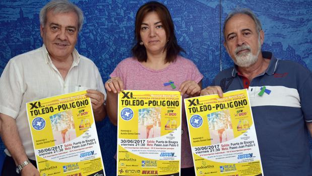 El concejal Pérez del Pino, con Sonia Méndez y de Víctor Villén, de la asociación de vecinos «El Tajo»