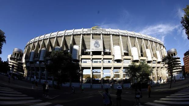 Fachada principal del Santiago Bernabéu, con las dos torres que serán demolidas y reubicadas