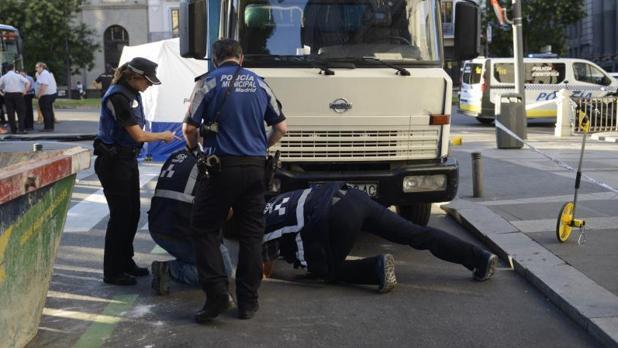 La Policía Municipal mira en los bajos del camión