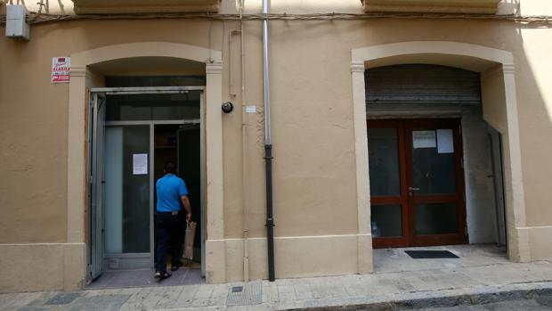 Un hombre entra en una mezquita donde el imán Abdelbaki Es Satty predicó en Ripoll, al norte de Barcelona