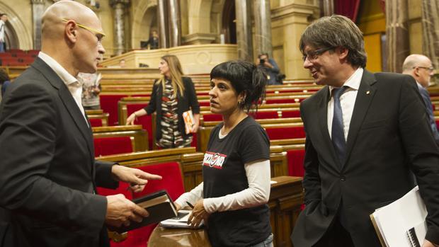 Anna Gabriel (CUP), entre el consejero Raúl Romeva y el presidente Puigdemont, de Junts pel Sí. Entre los tres, 350.000 euros al año en sueldos