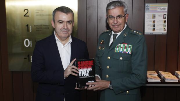 Lorenzo Silva y el coronel Sánchez Corbí, en la presentación celebrada en La Coruña