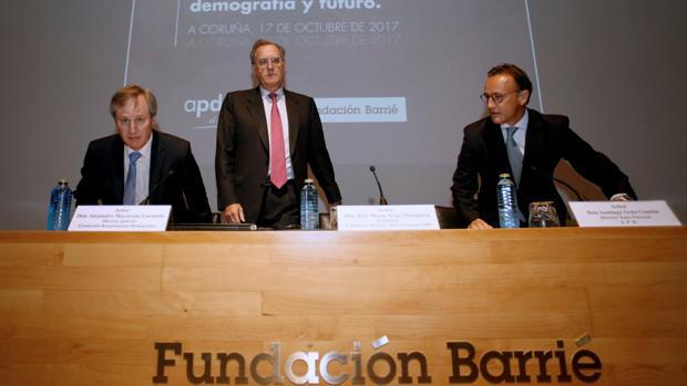 El presidente de la Fundación Barrié, José María Arias (centro)