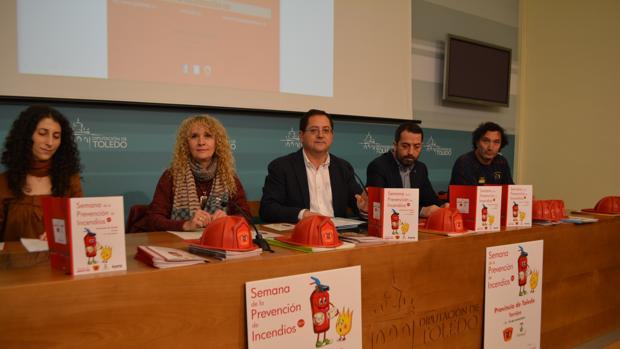 Tomás Villarubia y el alcalde de Torrijos (en el centro) han presentado las actividades