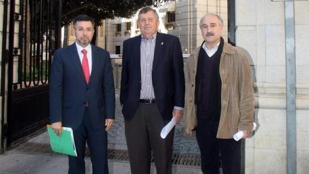 Manuel Pineda (izquierda), junto al exalcalde socialista de San Isidro Fernando Morales y al alcalde de Rojales, Antonio Pérez