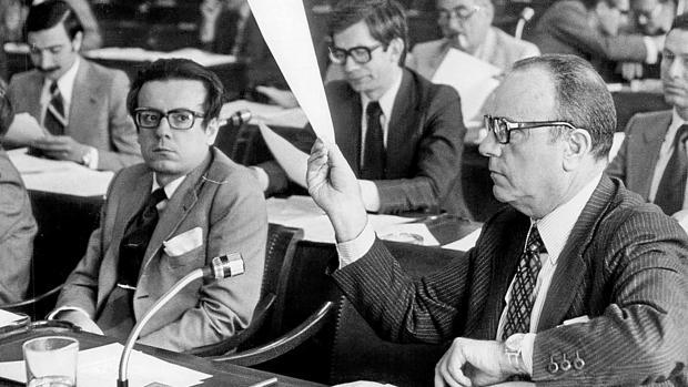Fraga, a la derecha, en la comisión constitucional de las Cortes