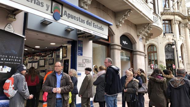 Imagen de una cola ante una administración de lotería de Valencia