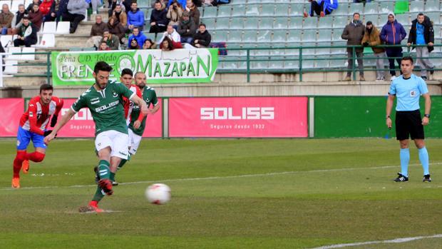 Héctor Figueroa consiguió el único gol de los verdes tras anotar este penalti