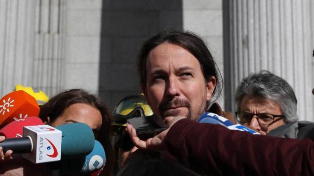 El líder de Podemos, Pablo Iglesias, este miércoles en la puerta del Congreso de los Diputados