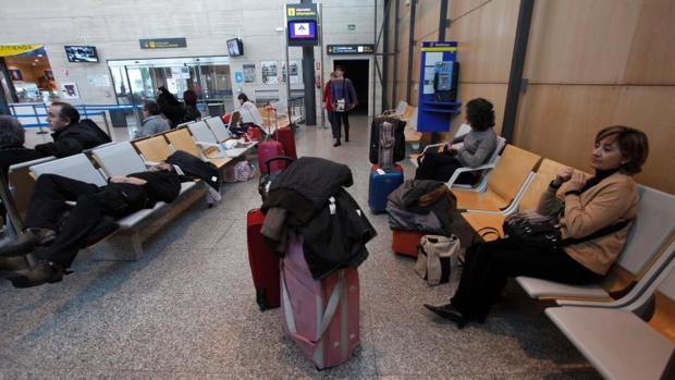 Viajeros esperando a su avión en Villanubla (Valladolid)