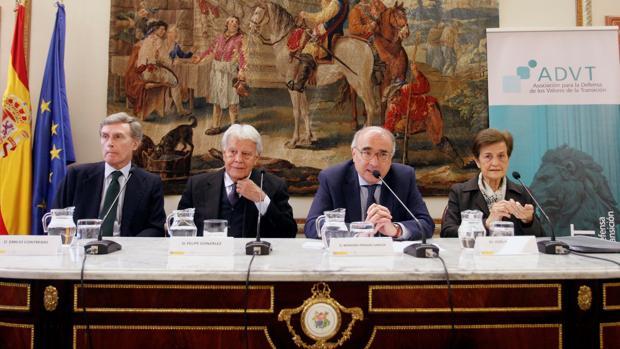 Felipe González con Emilio Contreras, Benigno Pendás y Adela Cortina, en el homenaje a Adolfo Suárez