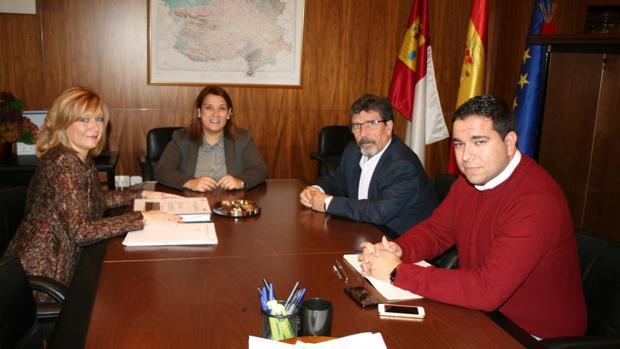 La alcaldesa de Yuncos junto a la consejera de Fomento y el director general de la Agencia del Agua