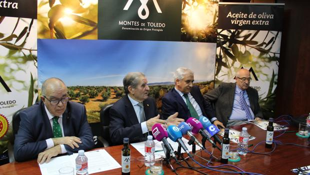 Andrés Gómez Mora, junto a Aniceto Gómez, Enrique García y Gregorio Gómez, ayer, en rueda de prensa