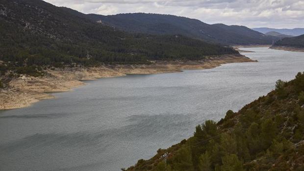Canal que comunica los pantanos de Entrepeñas y Buendía, el 3 de abril antes de recargarse ambos embalses