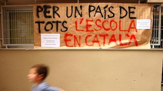 Un cartel secesionista en una colegio catalán