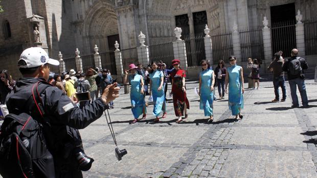 Turistas chinos graban un vídeo en la plaza del Ayuntaento de Toledo