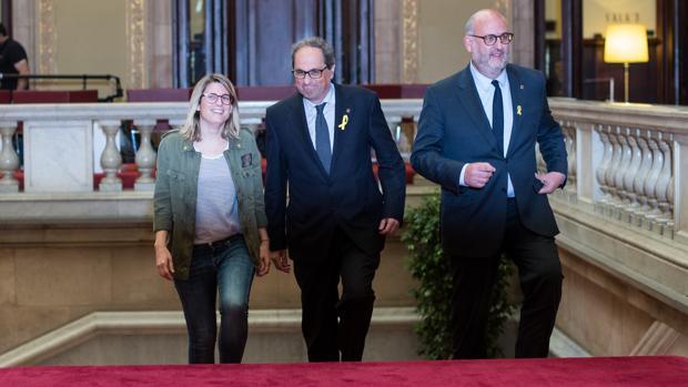 Quim Torra, a su llegada al Parlamento catalán. acompñado de Elsa Artadi y Eduard Pujol