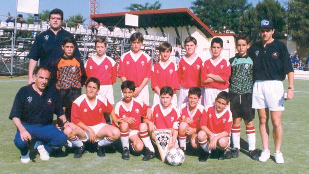 El equipo alevín del Albacete Balompié que participó en el torneo de Brunete celebrado en 1996. Iniesta sostiene el banderín del club