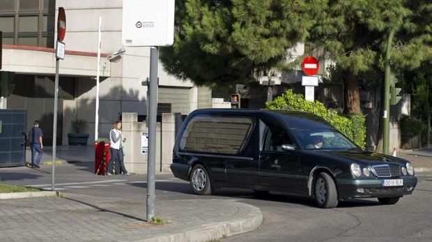 Un coche fúnebre sale del tanatorio de la M-30