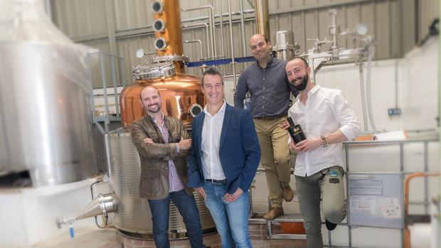 Óscar Ondoño Elvira, José Francisco Navarro Conejero, Santiago Hernández Moreno y César Ramírez Parralejo, creadores de Malabusca Gin, en su destilería de Alcoy