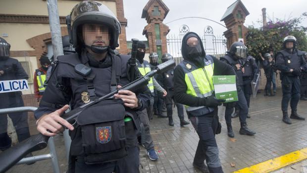 Policías nacionales en Hospitalet de Llobregat días antes del 1-O
