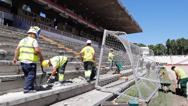 Varios operarios trabajando sobre el graderío del Estadio del Rayo Vallecano