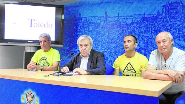 El concejal Pérez del Pino con los organizadores de la prueba