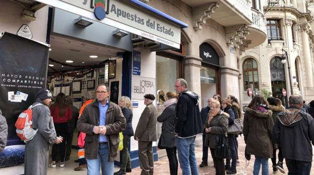 Compradores en una Administración de Loterías de Valencia