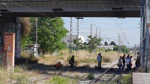 Pasajeros de Cercanías esperan en las vías de la estación de Getafe Industrial