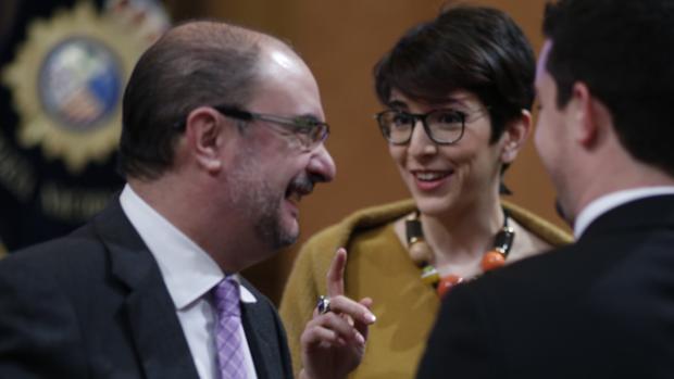 Lambán, junto a la presidenta de las Cortes de Aragón, Violeta Barba, de Podemos