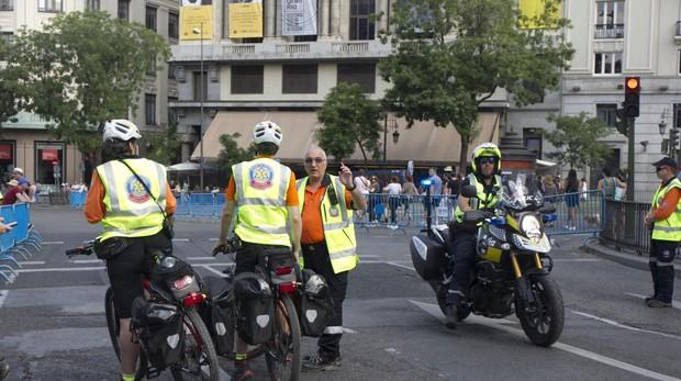 Voluntarios de Protección Civil y un policía municipal, en el Orgullo Gay