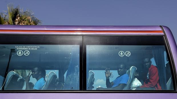 Imagen del autobús que ha desplazado a los inmigrantes hasta el aeropuerto de Valencia