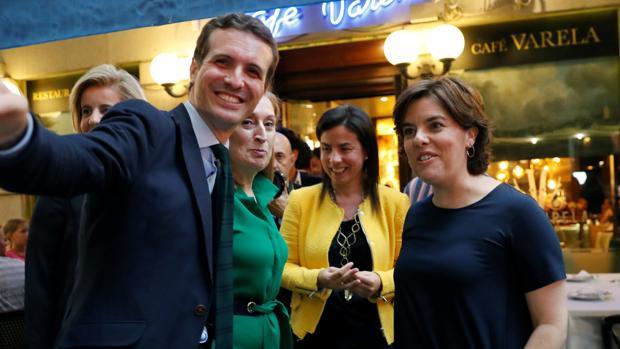 Casado y Santamaría, a la salida de una cena que mantuvieron junto al resto de políticos del PP en Madrid hace unas semanas