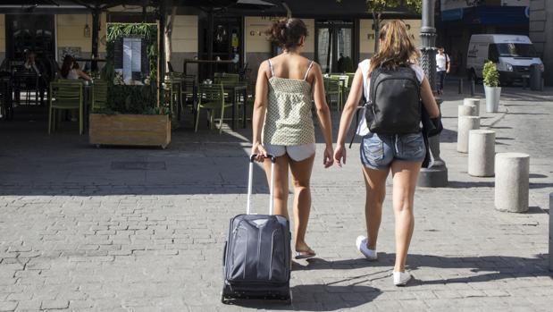 Dos jóvenes turistas, en el centro de la capital