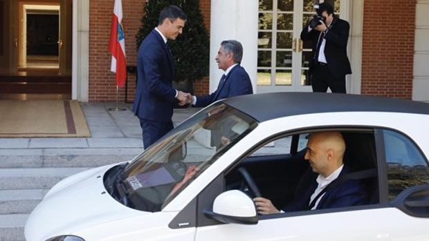 El presidente de Cantabria, Miguel Ángel Revilla, llega en el coche de un amigo al Palacio de la Moncloa, en su reunión con Pedro Sánchez el pasado mes