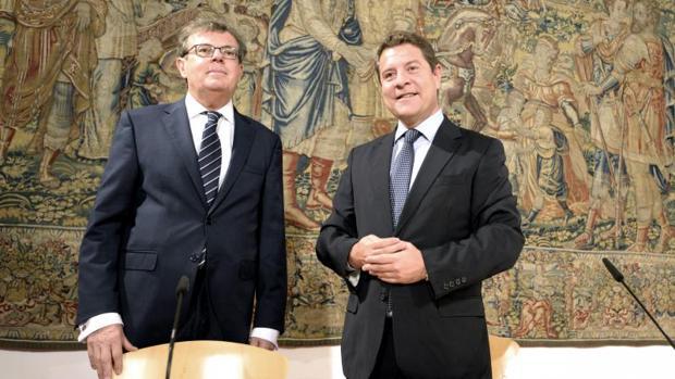 Collado y García-Page, en Toledo, durante la firma del contrato programa