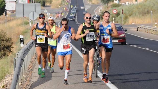 Varios corredores en la XXXIX edición de esta Media- Maratón