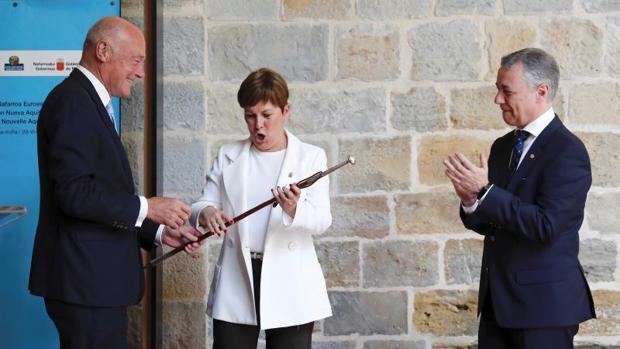 La presidenta del Gobierno de Navarra, Uxue Barkos, toma el relevo de la Presidencia de la Eurorregión, simbolizada por el traspaso de la makila de manos del presidente de Aquitania, Alain Rousset (i), en presencia del lehendakari, Iñigo Urkullu (d)