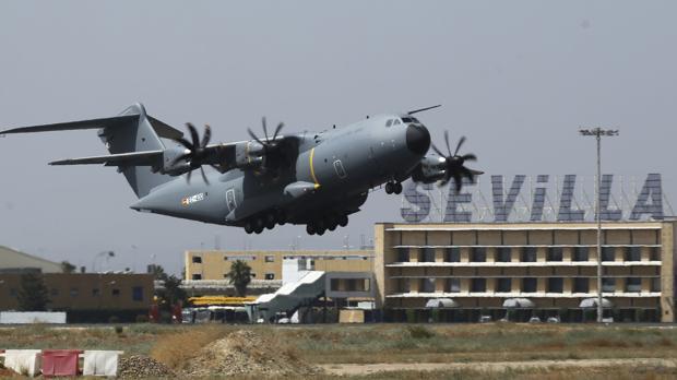 El primer avión de transporte militar A400M de las fuerzas armadas españolas, a su salida de Sevilla