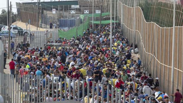 Cientos de porteadores a la espera de cruzar el paso del «Barrio chino» en Melilla